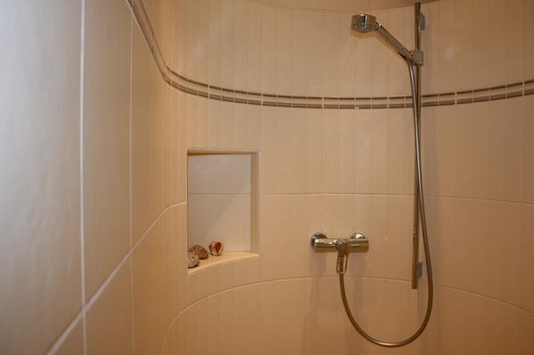 edelstahlleisten f r fliesen ablage f r dusche raum und. Black Bedroom Furniture Sets. Home Design Ideas